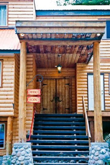 The entrance to the Rams Head Inn at Red Mountain in BC