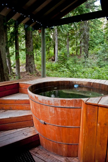 The outdoor hot tub in the forest at the Rams Head Inn
